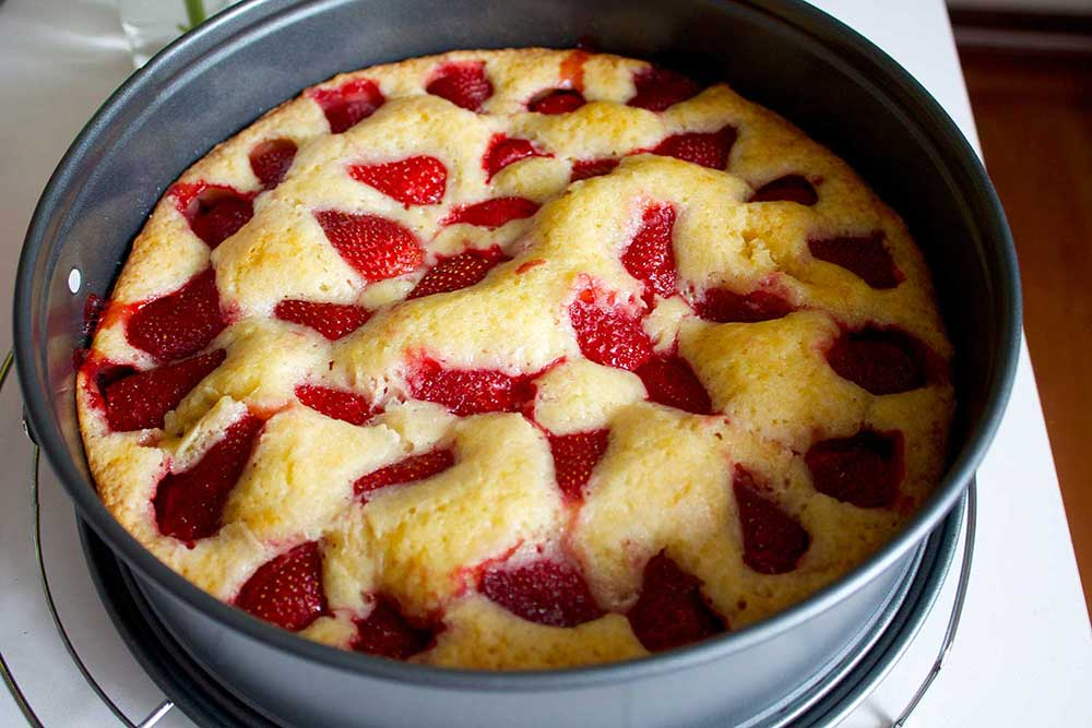 Winter Strawberry Cake Recipe